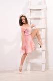 Sträckning övar för attraktiv ballerina arkivfoton