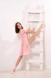 Sträckning övar för attraktiv ballerina arkivbilder