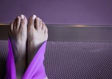 Sträckning av övning med det purpurfärgade bandet Fotografering för Bildbyråer
