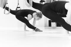 Sträckning av övning med en hängmatta Royaltyfria Foton