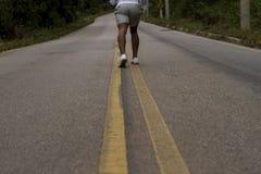 sträckning av benen för att jogga för morgon royaltyfri fotografi
