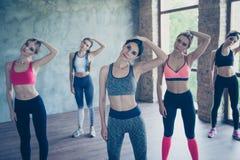 Sträckning av halsdamerna Fem unga trendiga idrottskvinnor a Royaltyfria Foton