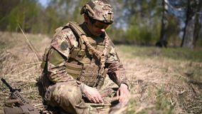 Sträckning eller en landmina för krigare eller ledar- för granat för militär kamouflage för soldat iklädd från granater och rep stock video