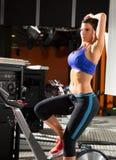 Sträckning för kvinna för instruktör för aerobicssnurrbildskärm royaltyfri fotografi