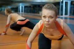 Sträckning i idrottshall fotografering för bildbyråer