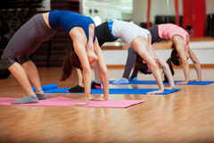 Sträckning ut för yogagrupp arkivbilder