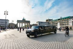 Sträckt limousine framme av den Brandenburg porten, Berlin arkivbild
