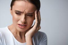 Sträflinge und Arme Schönheit, die unter den Hauptschmerz, Kopfschmerzen leidet lizenzfreie stockbilder