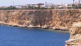 Strände und Hotels in Ägypten nahe der Küstenlinie auf Rocky Beach Sharm el Sheikh stock video footage