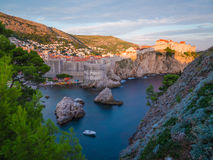 Stränder och små viker i Dubrovnik i sommaren royaltyfri foto