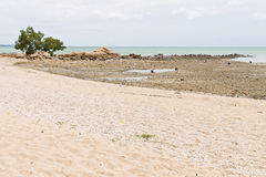 Stränder, steniga områden och hav. Arkivfoto