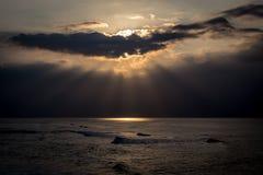 Stränderna av den Maui Hawaii solnedgången Royaltyfri Foto