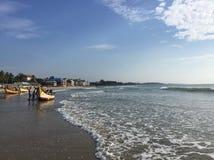 Stränderna av Mahabalipuram med havsvågor och fisketrålare Royaltyfria Bilder