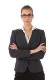 Sträng affärskvinna med vikta armar Arkivbilder