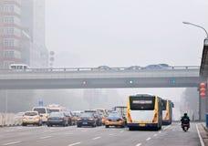 Sträng smog ligger som ett omslag över Peking, Kina Fotografering för Bildbyråer