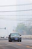 Sträng smog ligger som ett omslag över Peking, Kina Arkivfoton