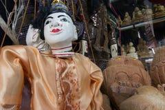 Stränga den Burmese dockan, Myanmar traditionsdockor i den Myanmar souvenir shoppar Arkivfoton