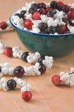 stränga för cranberrypopcorn royaltyfria foton