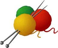 Stränge der Wollen und der strickenden Nadeln Stockfotos