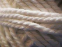 Stränge des natürlichen woolen Mohärs spinnen im Weiß Lizenzfreies Stockbild