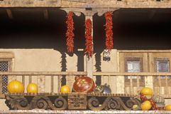 Stränge von roten Paprikas im Marktplatz, Santa Fe, Nanometer Stockfotos