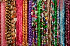 Stränger av färgrikt pryder med pärlor och Gemstenar Royaltyfria Bilder