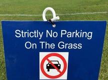 Strängt ingen parkering på gräset Fotografering för Bildbyråer