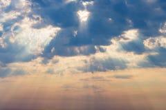 Strålar av de dramatiska molnen för sol Royaltyfri Bild
