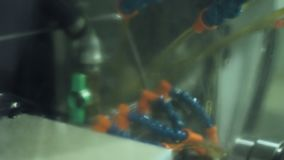 Strålar av gul flytande är van vid kall metall som bearbetas på malningmaskinen lager videofilmer