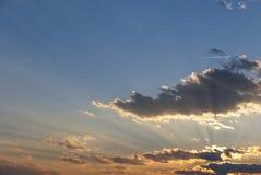 Strålar av ljus över moln royaltyfria bilder