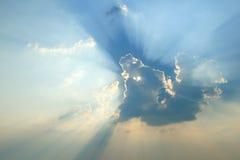 Strålar av ljus i abstrakt form Ljus bristning för sol till och med molnen royaltyfri fotografi