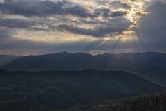 Strålar av ljus i molnen på Apennines, Umbria, Italien Royaltyfri Bild