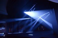 Strålar av ljus på en mörk bakgrund Arkivfoton