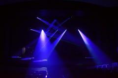 Strålar av ljus på en mörk bakgrund Fotografering för Bildbyråer