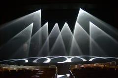 Strålar av ljus på etappen under showen Arkivbild