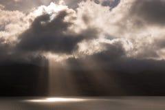 Strålar av ljus som bryter till och med moln Arkivbild