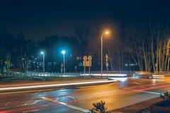 Strålar av ljus som göras av stadstrafik i natt ljusa strålar Royaltyfri Bild
