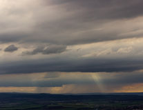 Strålar av solen bröt till och med stormmolnen Royaltyfri Fotografi