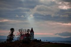 Strålar av solen som pekar kyrkan på horisonten royaltyfri fotografi