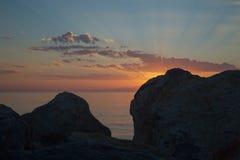 Strålar av solnedgången bland stenarna Royaltyfri Fotografi