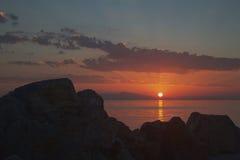 Strålar av solnedgången bland stenarna Royaltyfri Foto