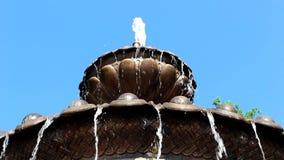 Strålar av vattenflöde från springbrunnen stock video