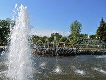 Strålar och färgstänk av vatten Fotografering för Bildbyråer