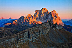 strålar sist berg över Royaltyfria Foton