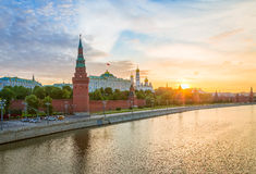 Strålarna av resningsolen över MoskvaKreml Royaltyfri Foto