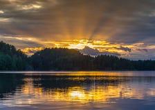 Strålarna av solnedgången på Lake Ladoga Reflexion Arkivfoto
