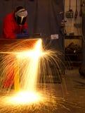 strålböjningar klippte orange sparks för metall till welderen Arkivbild