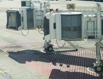Strålbroport 36 på den internationella flygplatsen royaltyfria bilder