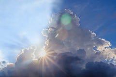 Stråle av ljus och molnen Royaltyfri Bild