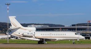 Stråle för Dassault falk som 7X åker taxi i den Zurich flygplatsen Arkivfoton